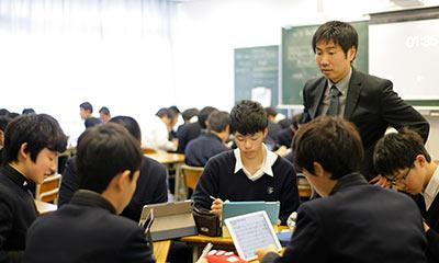iPadを手に、グループになって授業を受ける生徒たち
