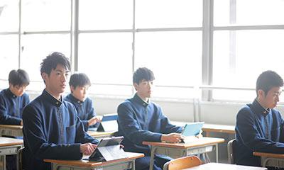iPadを手に、授業を受けている生徒の風景。