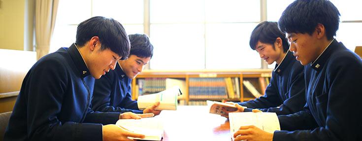 自習室で生徒が和やかに勉強中。