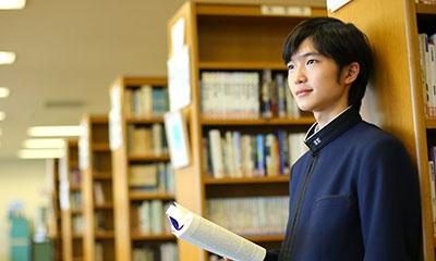 図書室で読書をする様子