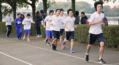 必死に走るマラソン大会での生徒たちの様子