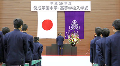 入学式で新入生代表祝辞をのべる生徒