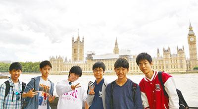 英国語学研修で訪れた風景をバックに記念撮影