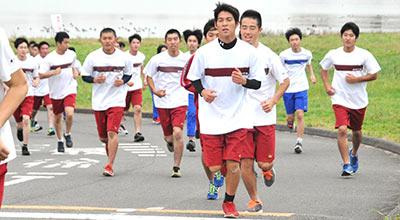 マラソン大会で苦しそうに走る生徒の中に微笑んでいる生徒の姿も、余裕なのかな?