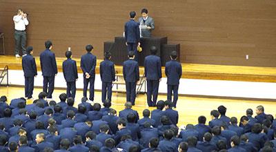 終業式、生徒が整列しています。
