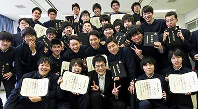 卒業式を終えて希望とさみしさをぐっとかみしめてカメラにポーズをする生徒たち