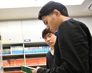 友人と図書室で読書にふける様子