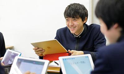一人1台のiPadを手に楽しそうに授業に取り組んでいる生徒の様子
