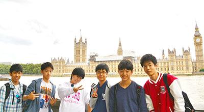英語研修の為に英国に訪れた学生の記念撮影