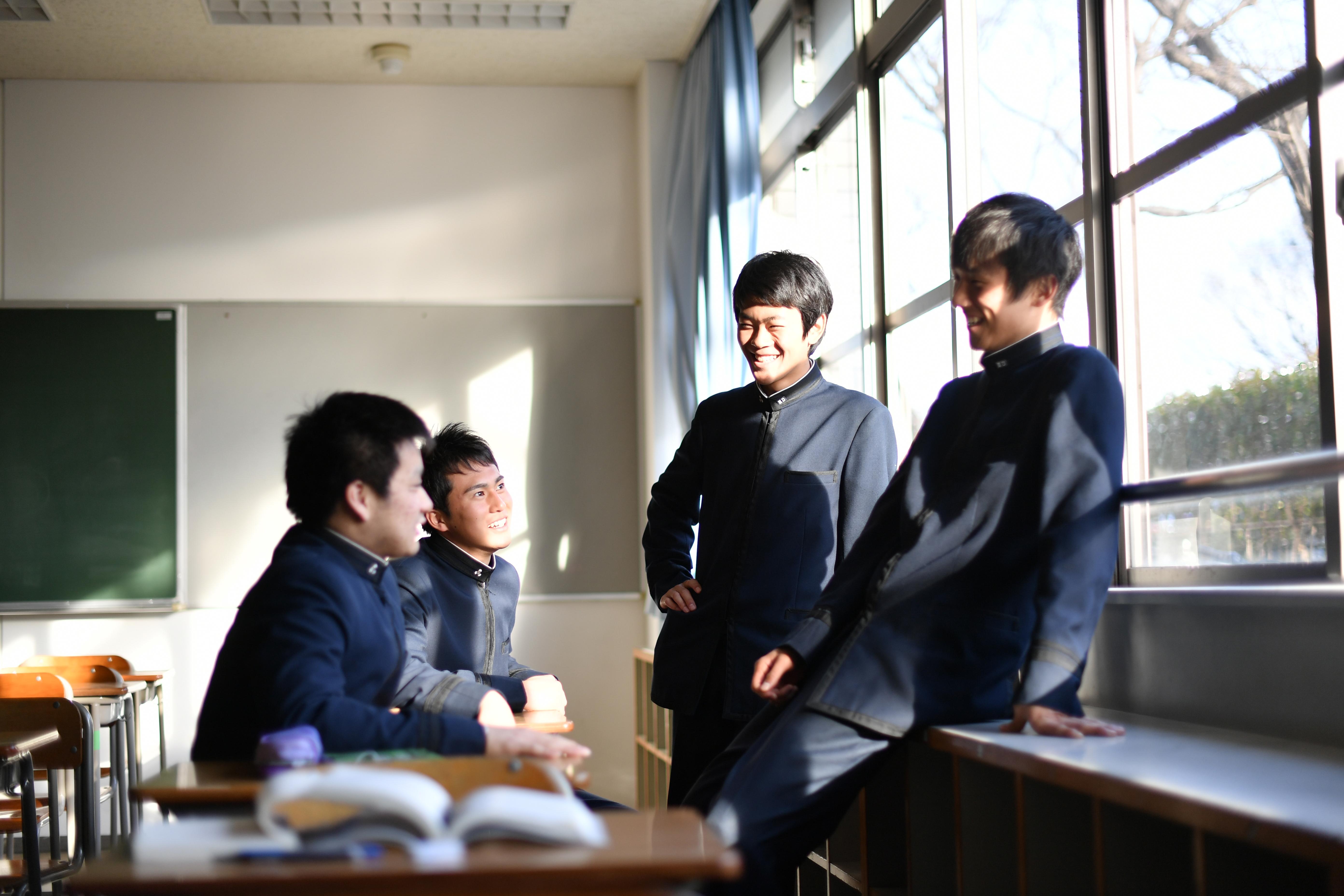 昼休み暖かい日差しが差し込む窓際で雑談している生徒達